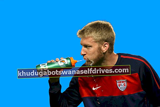 Izpiranje ogljikovih hidratov: Zakaj športniki nogometa pogosto grgrajo in izpljuvajo pitno vodo?